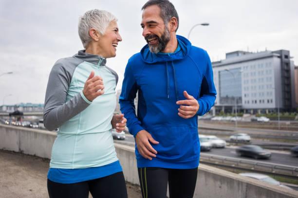 mensen joggen buiten - 50 59 jaar stockfoto's en -beelden
