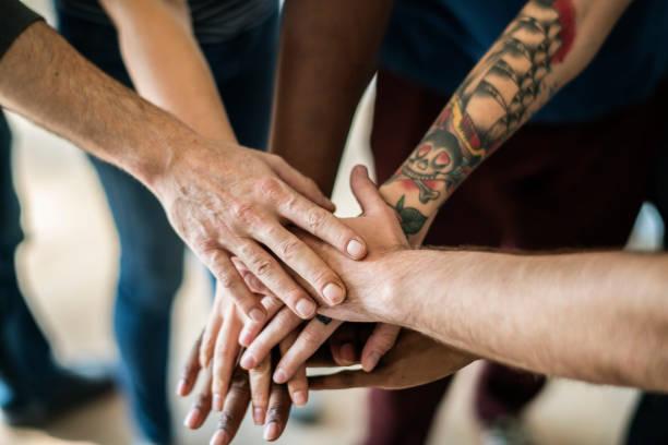 menschen verbunden hand miteinander - freundin tattoos stock-fotos und bilder