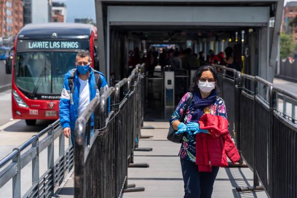 Menschen, die während der Coronavirus-Pandemie eine öffentliche Verkehrsstation in der Stadt Bogota verlassen. Kolumbien. – Foto
