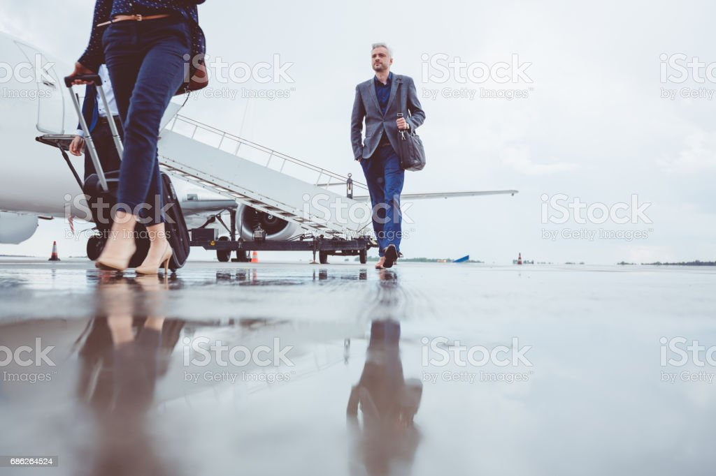 Menschen verlassen Flugzeug nach der Landung Lizenzfreies stock-foto