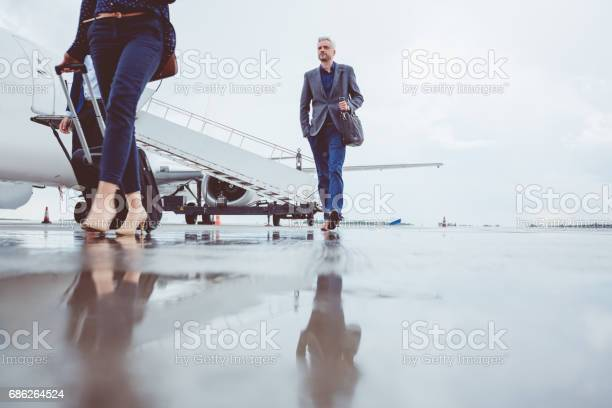 Menschen Verlassen Flugzeug Nach Der Landung Stockfoto und mehr Bilder von Abschied