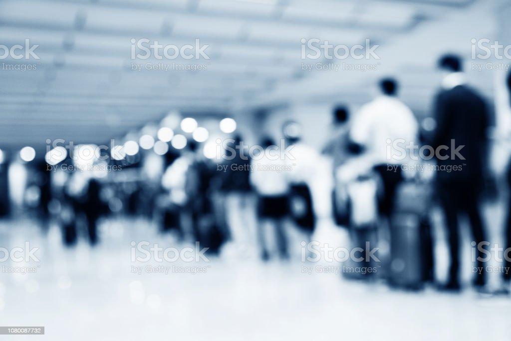 Menschen aufgereiht und warten am Flughafen – Foto