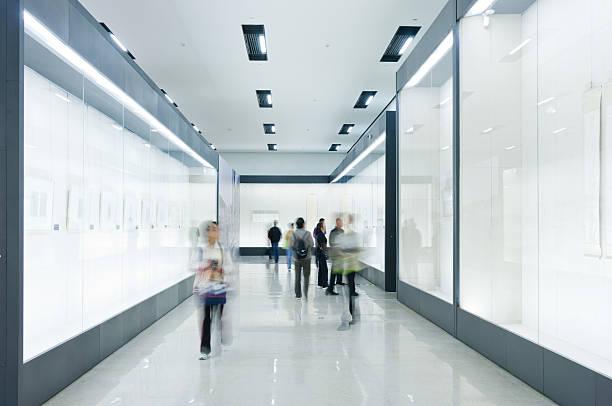 Menschen in Gemälde in der art gallery – Foto