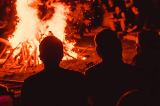 Menschen schauen sich das Feuer an – Foto