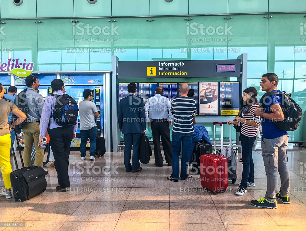 People looking at flight schedule, Barcelona Airport, Spain - foto de acervo