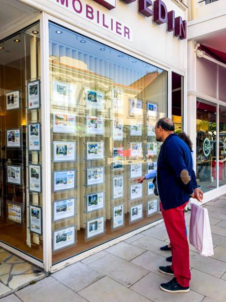 leute, die immobilien in arcachon, frankreich suchen - immobilienangebote stock-fotos und bilder