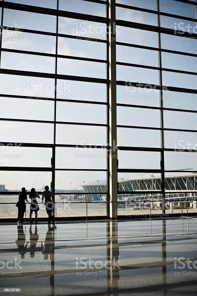 Persone guardare al terminal foto stock royalty-free