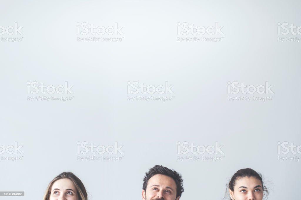 Menschen suchen auf grauem Hintergrund – Foto