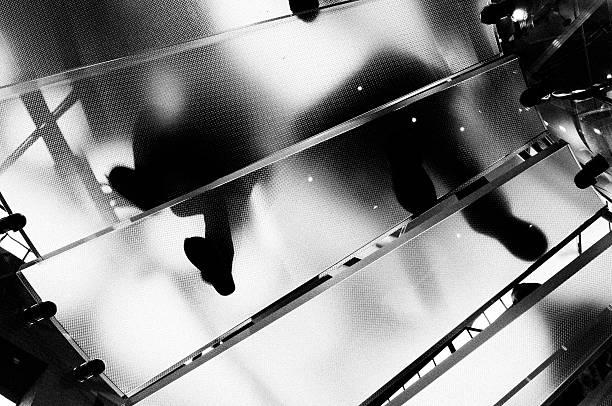 Personen, die sich Glas Staircase.NYC.Black und weiß. – Foto