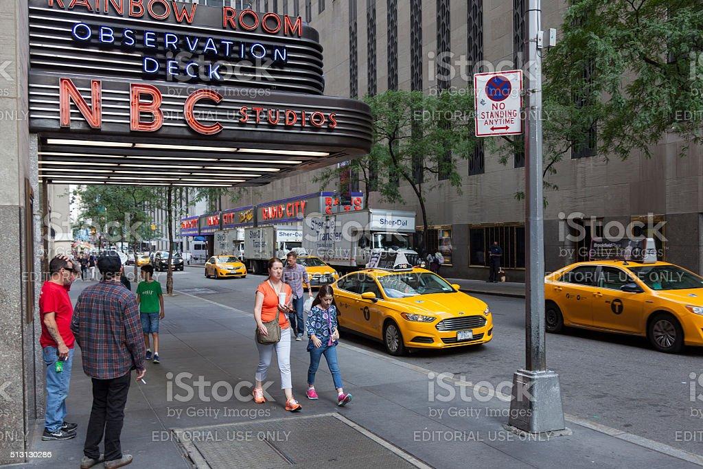 people near entrance of nbc rainbow room in new york - Royalty-free Architectuur Stockfoto