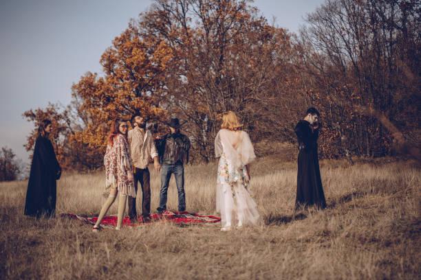 menschen der sekte - hippie kostüm damen stock-fotos und bilder