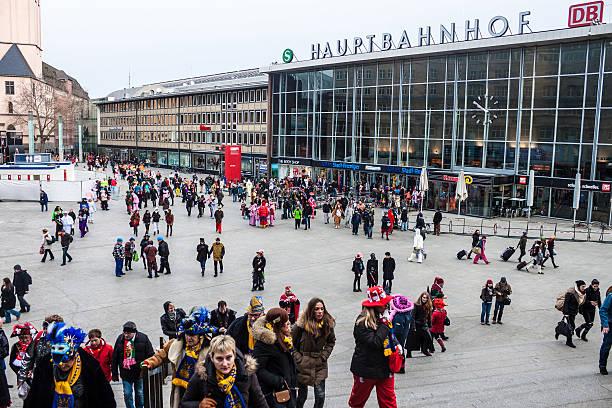 menschen auf dem weg nach karneval in köln - festzugskleidung stock-fotos und bilder