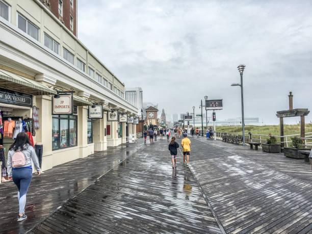 Menschen auf der Atlantik-Stadtpromenade – Foto