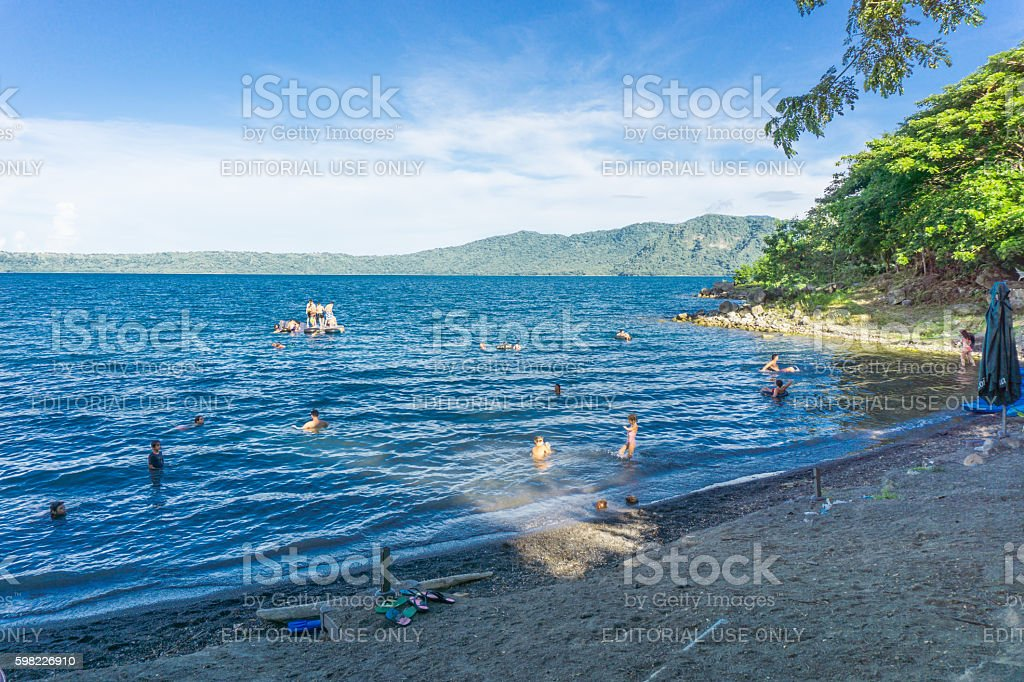 People on beach Laguna de Apoyo on Masaya Lagoon, Nicaragua foto royalty-free