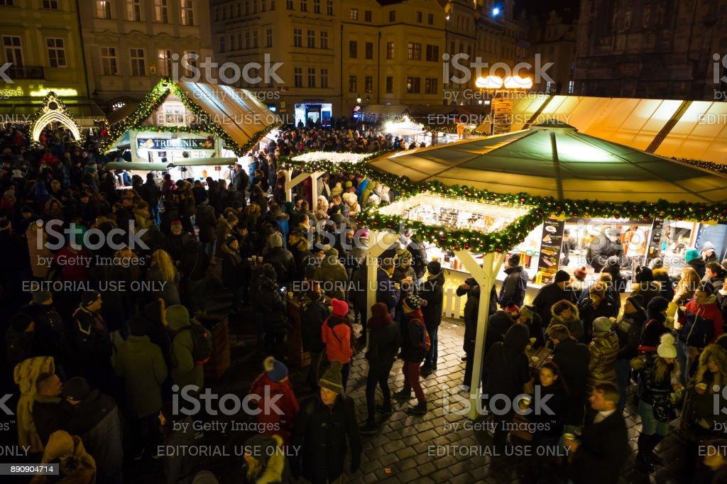 Wo Ist Der Größte Weihnachtsmarkt.Menschen Auf Weihnachtsmarkt Auf Dem Altstädter Ring Ist Der Größte