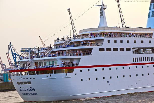 menschen auf deck des loveboat - das traumschiff stock-fotos und bilder
