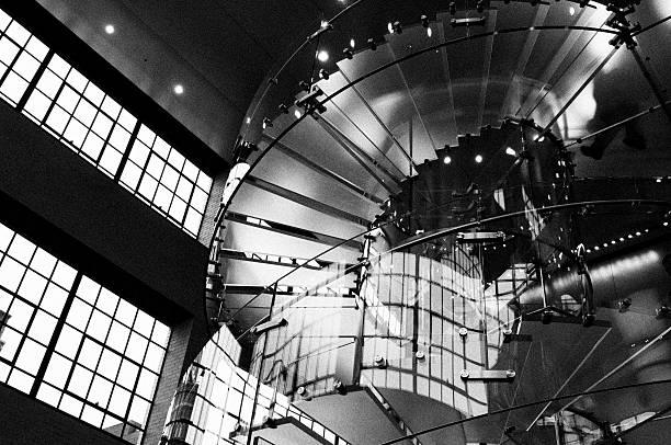 Menschen in Glas Staircase.Black und weiß. – Foto