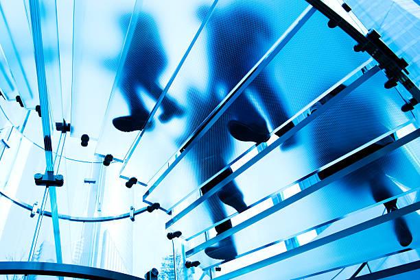 Menschen in Glas-Treppe – Foto