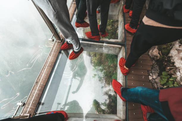 Menschen auf Glas gehen am Tianmen-Berg – Foto