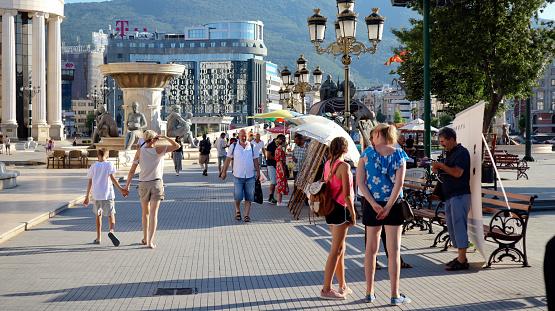 晴れた夏の日に北マケドニアのスコピエ首都のメイン広場近代建築と歴史 ...