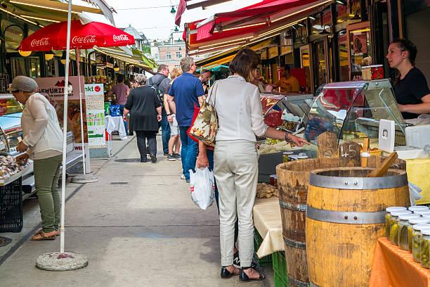people on naschmarkt in vienna, austria - naschmarkt stock-fotos und bilder