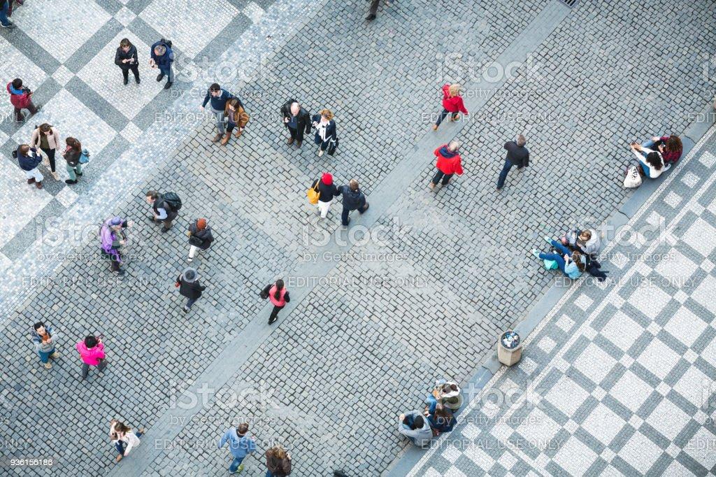 Personnes sur la place de la vieille ville à Prague - Photo