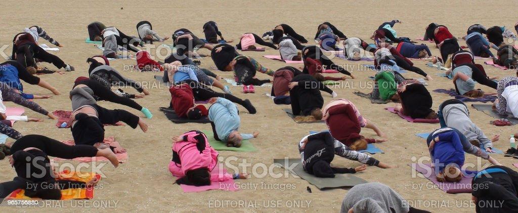 Mensen op buitenshuis ontspanning Yoga oefening - Royalty-free Beentje geven Stockfoto