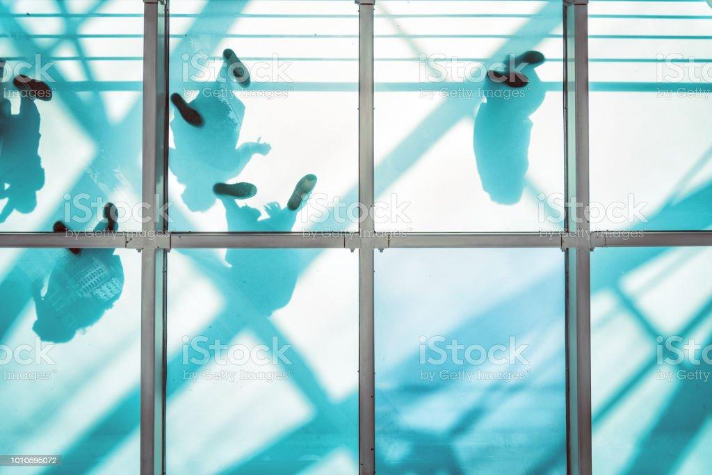 Menschen auf Fußgänger Glasbrücke – Foto
