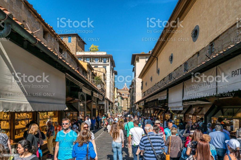 Gens sur le pont de Ponte Vecchio à Florence, en Italie. - Photo de Affaires libre de droits