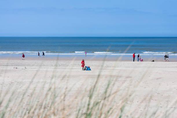 menschen auf dem strand in norderney, redaktionelle - urlaub norderney stock-fotos und bilder