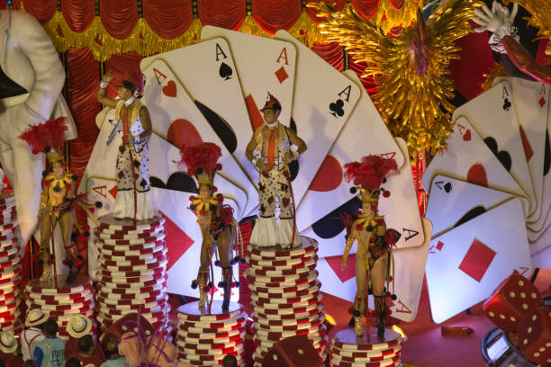 personnes sur le casino flotteur - carnaval de rio photos et images de collection