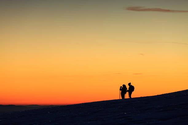 Personen am Horizont, Abendhimmel, Silhouette – Foto