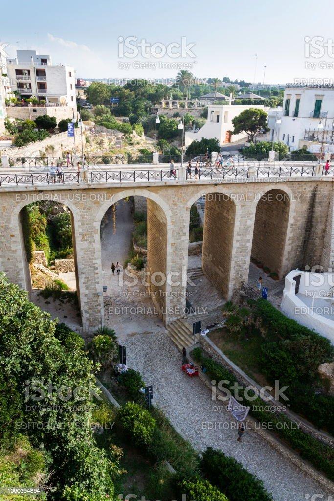 Menschen auf der Ponte Lama Monachile Brücke, Adria, Apulien, Bari Provinz in Polignano a Mare, Italien – Foto