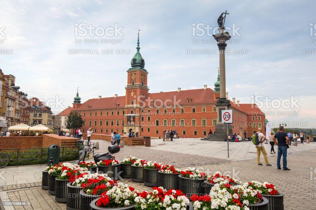 Personas En La Plaza Del Castillo Real En La Ciudad De Varsovia Al Atardecer Polonia Foto De Stock Y Mas Banco De Imagenes De Aire Libre