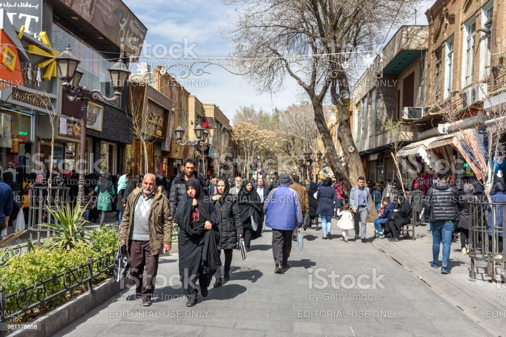 Menschen Auf Der Strasse In Tabriz Provinz Ostaserbaidschan Iran Stockfoto Und Mehr Bilder Von Architektur Istock