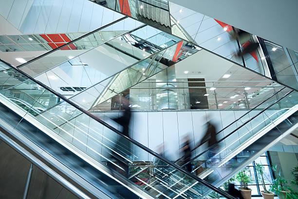 persone su due attraversarono scale mobili, immagine mossa - escalator foto e immagini stock