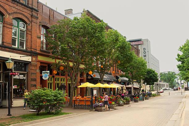 Menschen auf Victoria Row in Charlottetown in Kanada – Foto