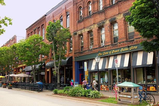 Menschen auf Victoria Row in Charlottetown auf Prince Edward Island – Foto