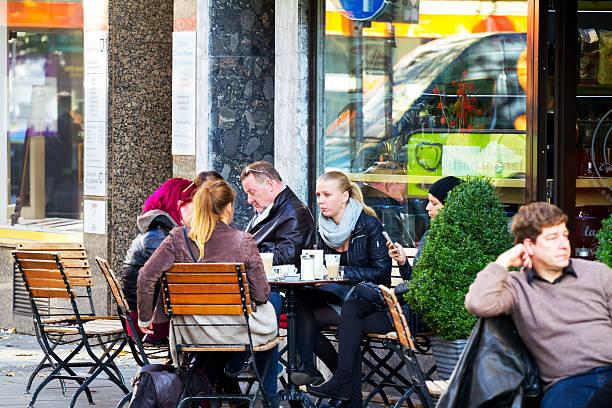personen außerhalb der coffee bar in köln - cafe köln stock-fotos und bilder