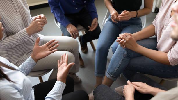 persone che partecipano all'attività di teambuilding aziendale o sessione di riabilitazione - assuefazione foto e immagini stock