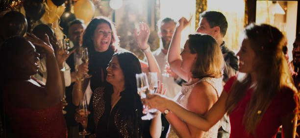 pessoas festa celebração bebidas cheers conceito de felicidade - eventos de gala - fotografias e filmes do acervo