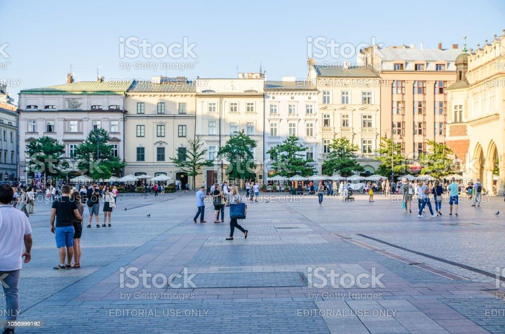 Passanten auf dem Marktplatz in Krakau während Sommertag – Foto