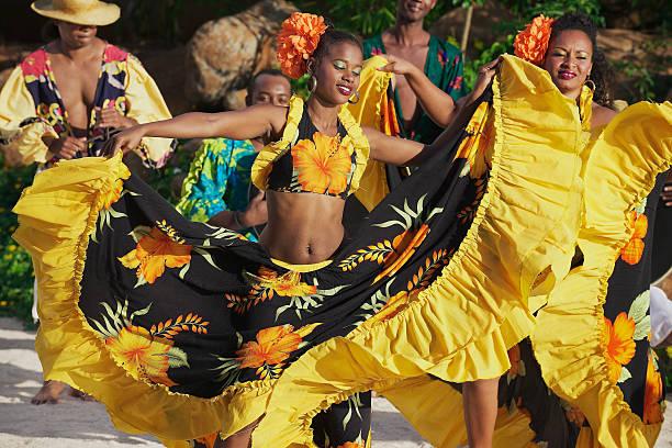 menschen aus traditionellen sega-tanz in ville valio, mauritius. - damen rock kostüme stock-fotos und bilder