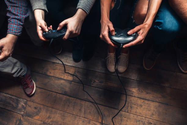 Die Leute spielen Videospiel. Spannung und Konkurrenz. – Foto
