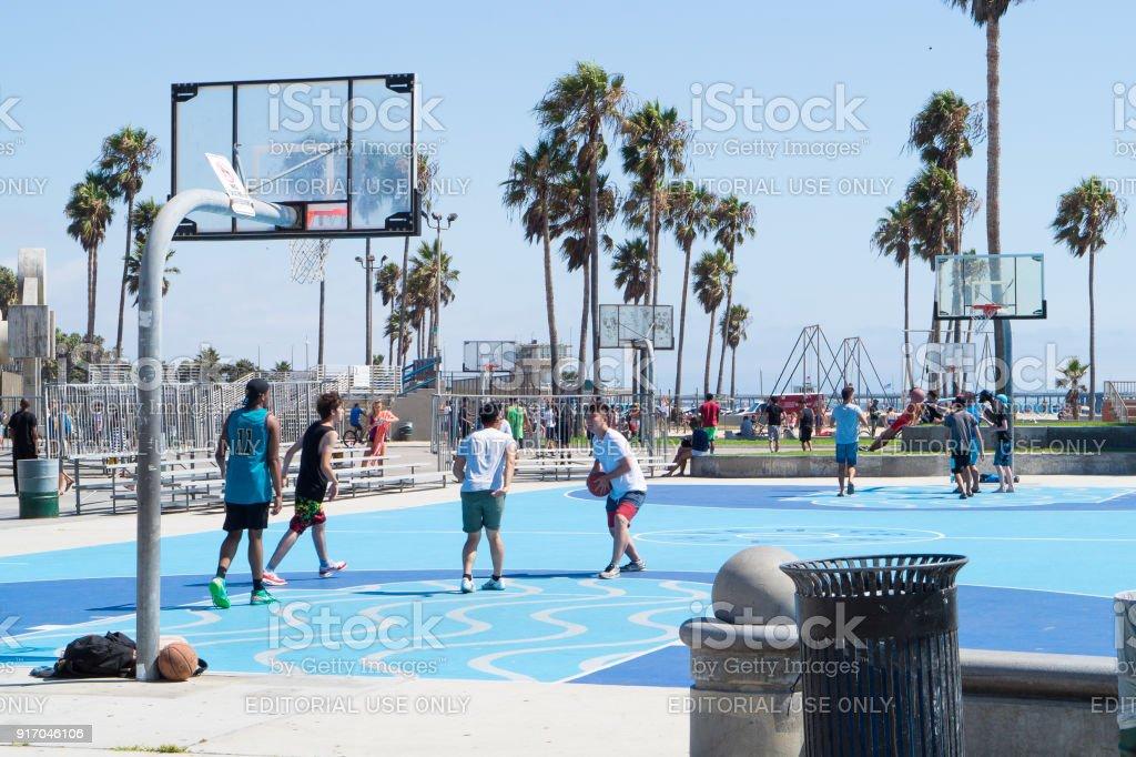 Gente jugando al baloncesto