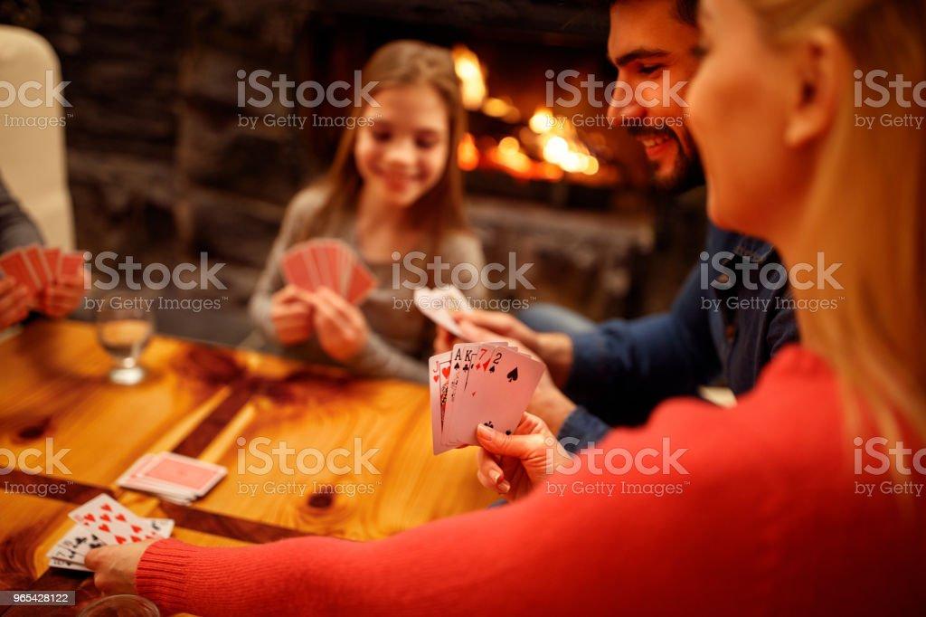 사람들이 재생 카드 게임 - 로열티 프리 4 명 스톡 사진