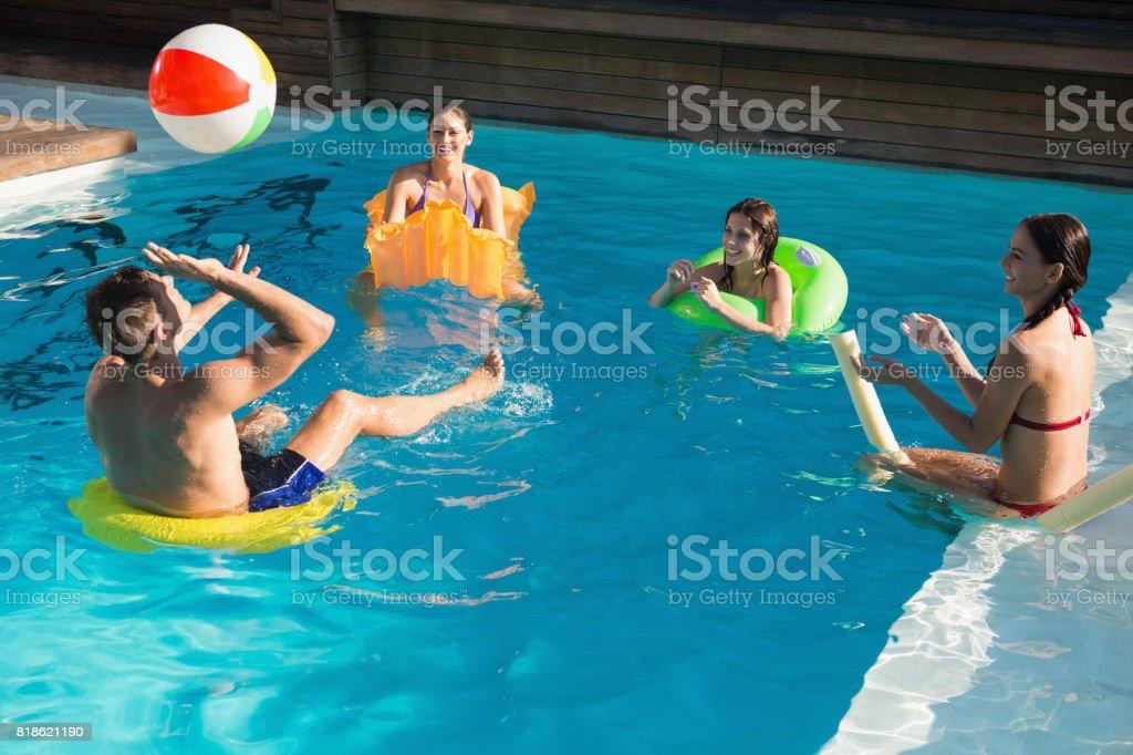 Personnes qui jouent avec le ballon dans la piscine - Photo
