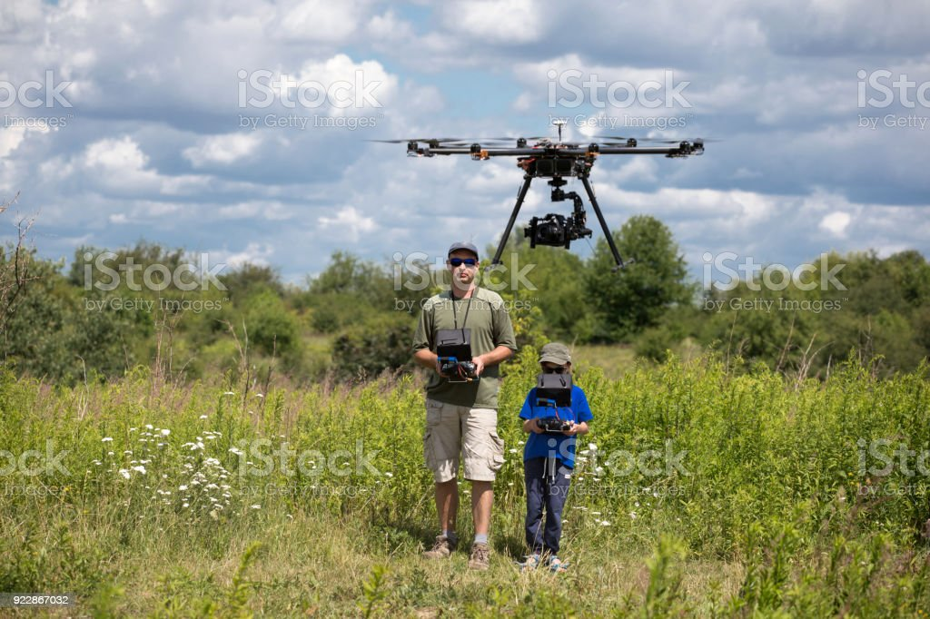 People playing with RC quadrocopter – zdjęcie