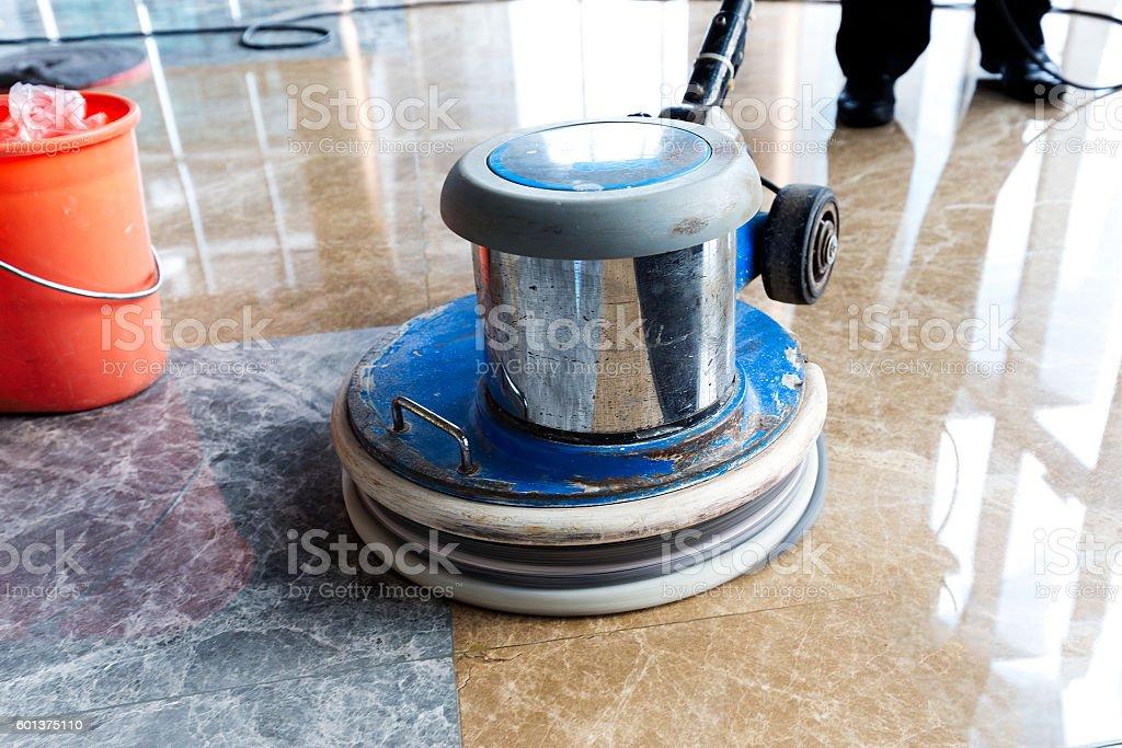 people polishes floor indoors – Foto