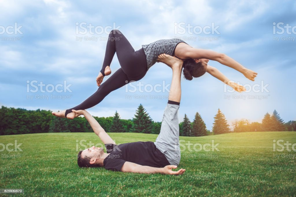 Les gens pratiquent acro yoga plein air saines habitudes de vie - Photo